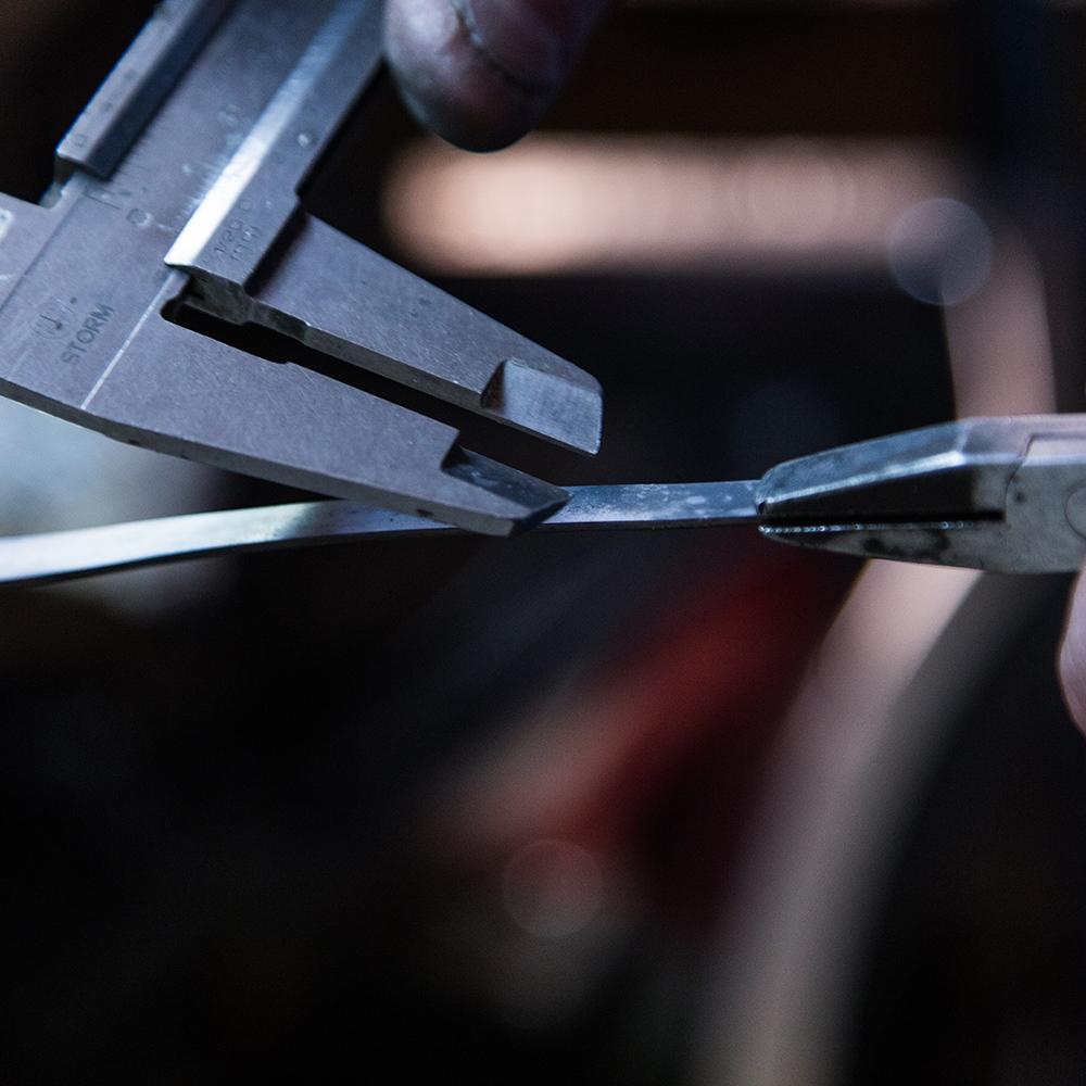 Imagem da oficina a focar um instrumento de trabalho de produção de joalharia.