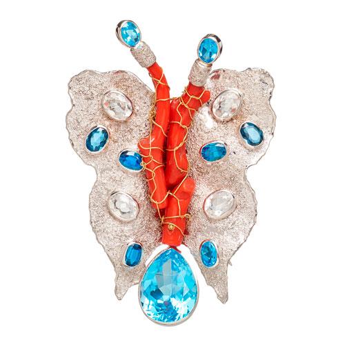 Alfinete em ouro branco, em forma de borboleta, com topázios e coral.