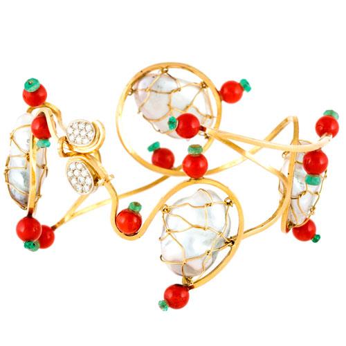 Pulseira em ouro amarelo com coral, diamantes, esmeraldas e pérolas.