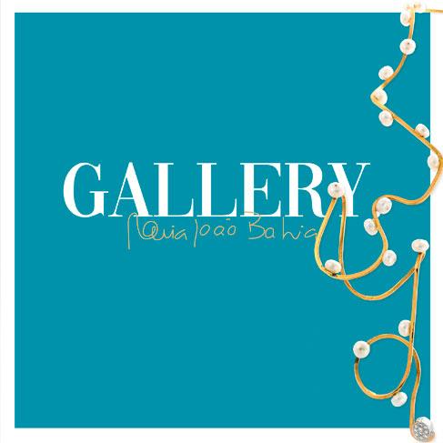 """Fundo azul com as palavras """"Gallery Maria João Bahia"""" e um colar dessa mesma coleção."""